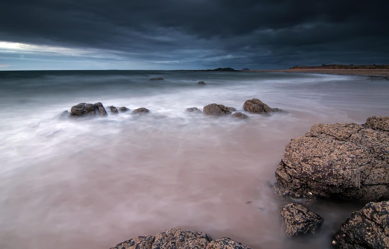 Фото обои море, небо, тучи, камни, берег, вечер, Шотландия, Великобритания
