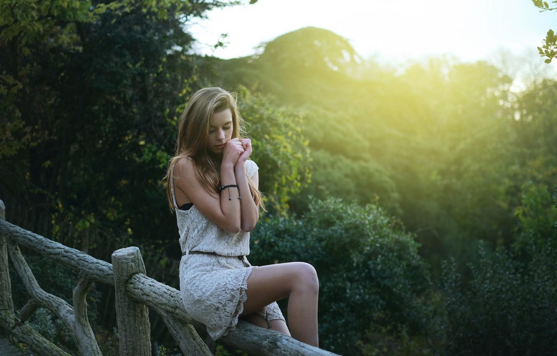 Фото обои лес, лето, взгляд, солнце, свет, лицо, парк, дерево, забор, Девушка, ограда, руки, платье, джунгли, Girl, …