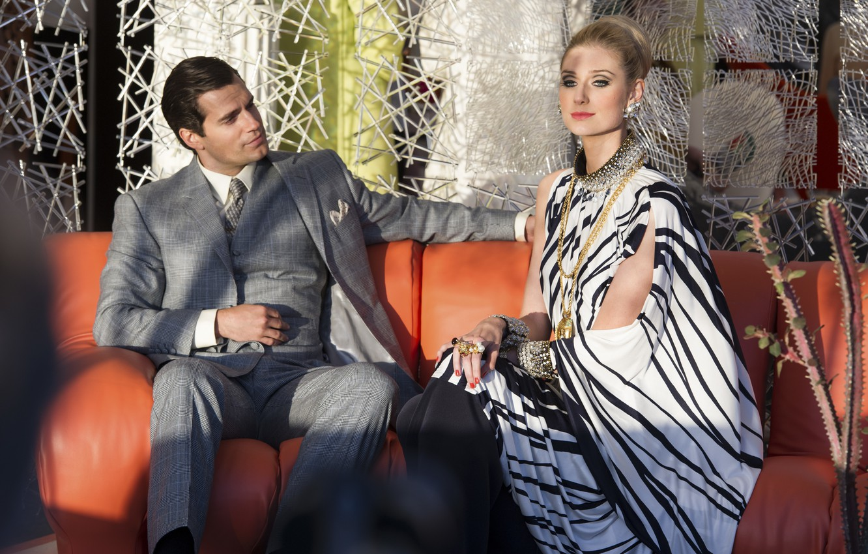 Фото обои на диване, сидят, Henry Cavill, Генри Кавилл, Elizabeth Debicki, Элизабет Дебики, Агенты А.Н.К.Л., The Man …