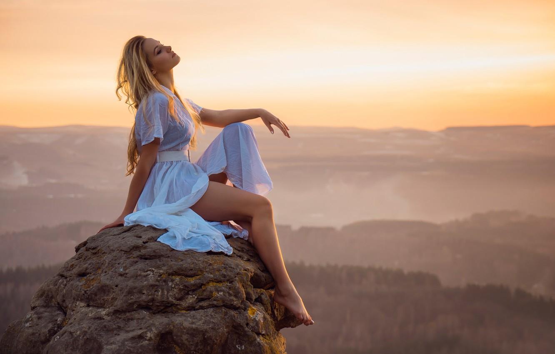Фото обои девушка, пейзаж, закат, камень, вид, высота, даль, ножки, Erotic sunset