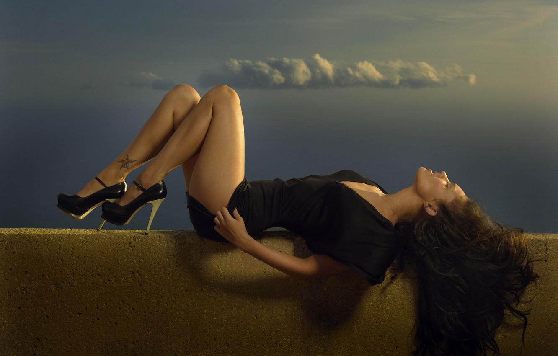 Фото обои крыша, небо, облака, Меган Фокс, Megan Fox, небоскреб, лиса