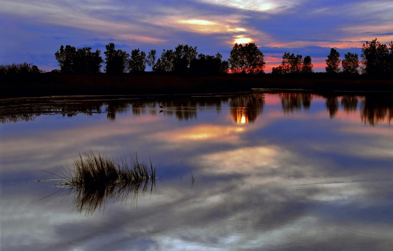 Фото обои небо, деревья, закат, красный, яркий, тучи, гладь, отражение, река, синева, Вечер, сумерки