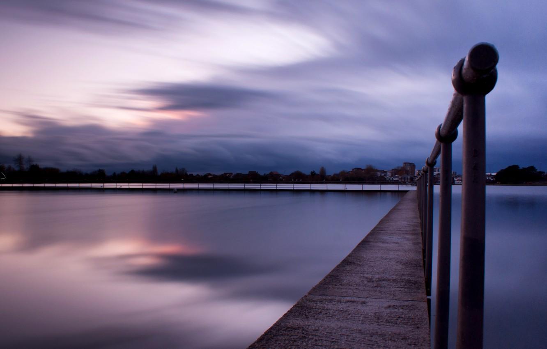 Фото обои пляж, небо, вода, закат, тучи, город, озеро, гладь, отражение, Англия, вечер, Великобритания, перила