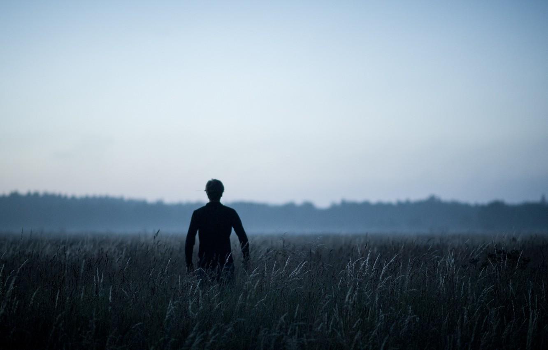Фото обои grass, field, morning, fog, man, dawn, back, mist