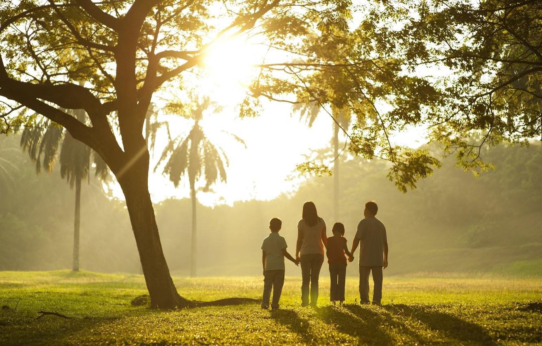 Фото обои зелень, трава, листья, деревья, дети, фон, дерево, widescreen, обои, настроения, листва, семья, wallpaper, прогулка, мама, …