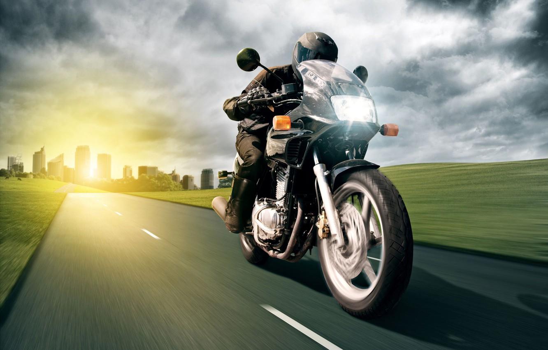 Фото обои дорога, солнце, свет, город, здания, скорость, мотоцикл, мужчина