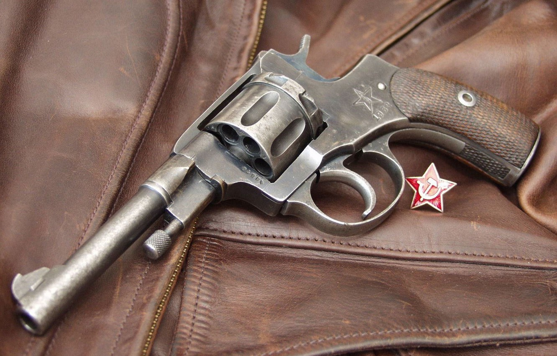 Фото обои звезда, значок, серп и молот, Револьвер, Наган, кожанка