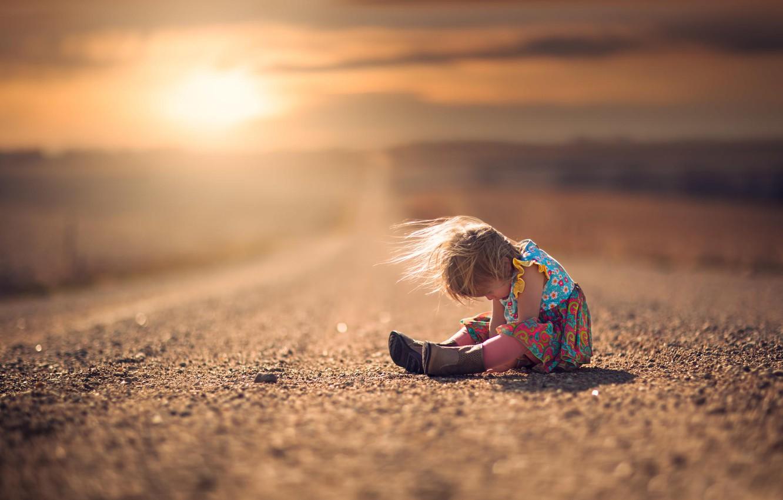Фото обои дорога, ветер, платье, девочка, сапожки, ребёнок, боке
