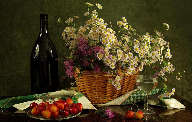 Фото обои цветы, вино, корзина, бокал, бутылка, натюрморт, хризантемы, черешня, салфетка