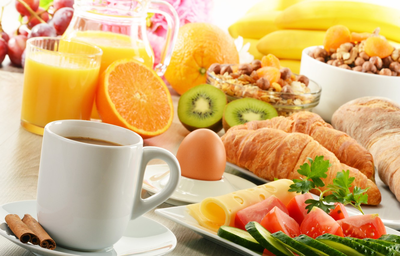Фото обои кофе, еда, апельсины, завтрак, сыр, киви, сок, фрукты, корица, овощи, помидоры, огурцы, круассаны, мюсли