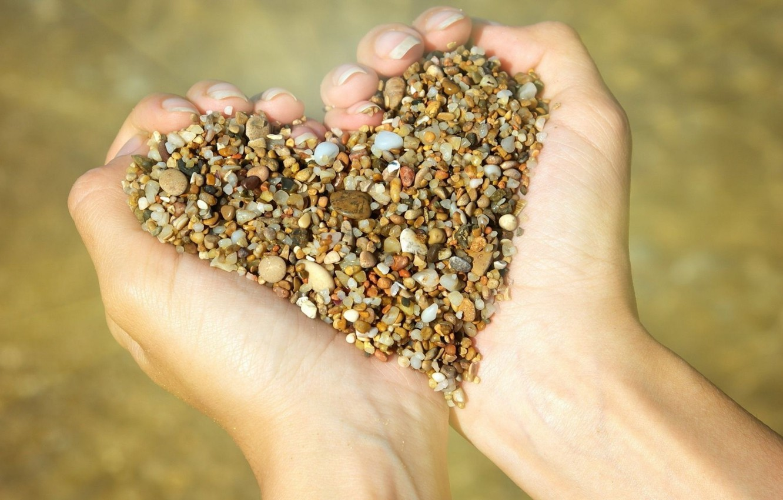 Фото обои сердце, руки, камешки