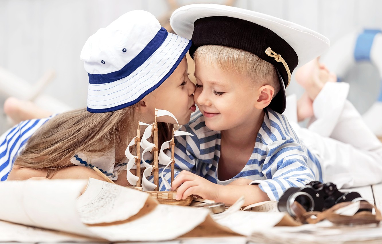 Фото обои дети, поцелуй, шляпа, мальчик, дружба, девочка, girl, кораблик, hat, kiss, boy, boat, children