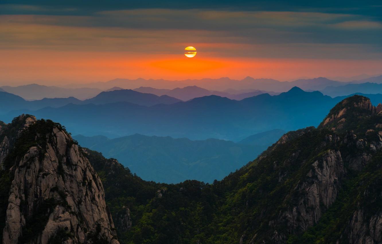 Фото обои облака, горы, восход, горизонт, силуэт, Китай, оранжевое небо, Аньхой, Хуаншань