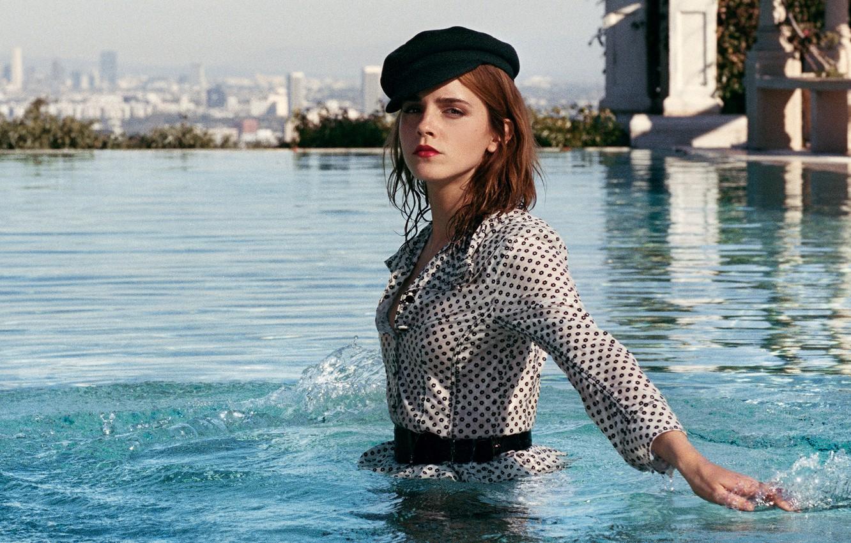 Фото обои модель, бассейн, макияж, платье, актриса, прическа, фотограф, кепка, шатенка, стоит, Эмма Уотсон, Emma Watson, журнал, ...