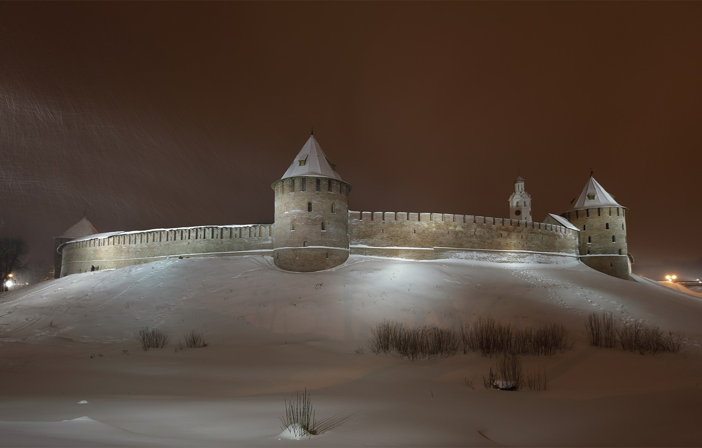 Фото обои зима, небо, снег, ночь, город, стена, башня, кремль, башни, Новгород, Новгородский Кремль, Северная часть