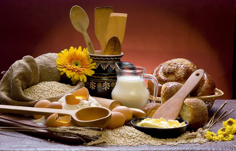 Фото обои цветы, стол, зерно, молоко, тарелка, хлеб, колосья, доска, кувшин, мешок, булочки