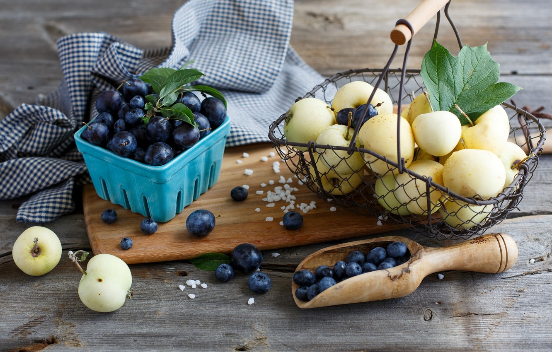 Фото обои ягоды, корзина, яблоки, черника, посуда, фрукты, корзинка, сливы, голубика