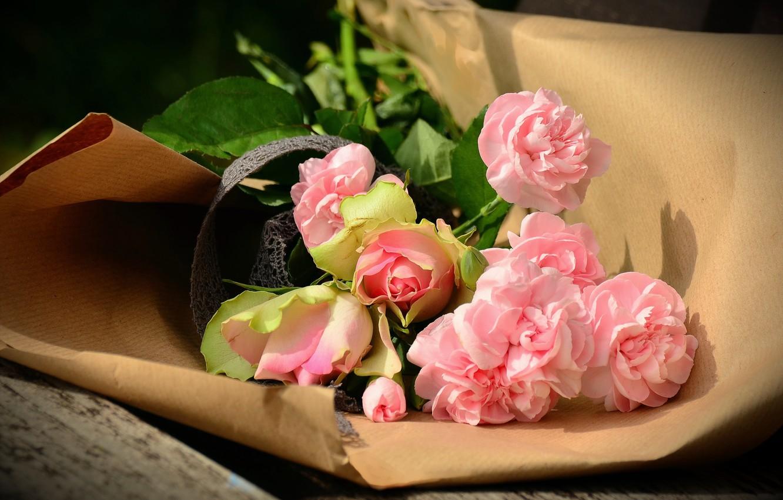 Фото обои цветы, бумага, доски, розы, букет, скамья, упаковка, гвоздики