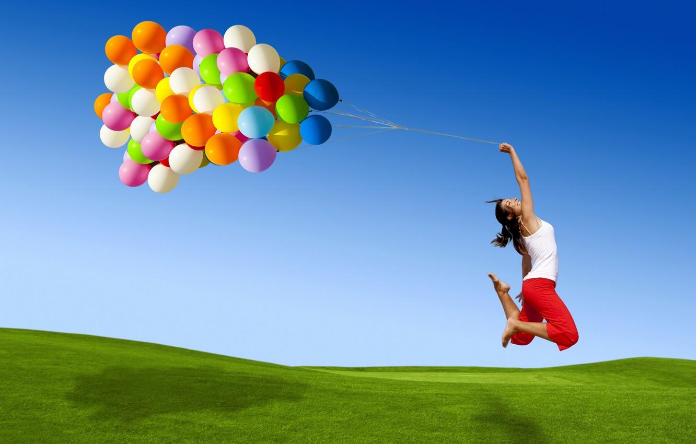 Фото обои небо, трава, цвета, девушка, шарики, полет, радость, улыбка, прыжок, шары, разноцветные, много
