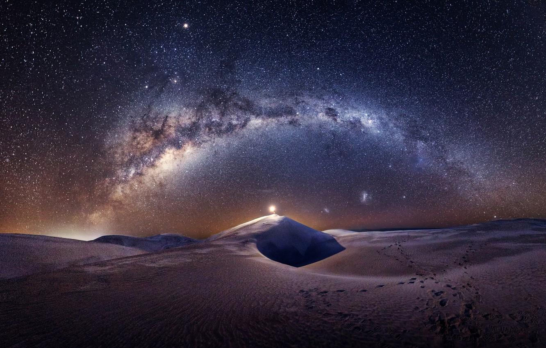Фото обои небо, звезды, свет, ночь, барханы, пустыня, человек, дюны, млечный путь