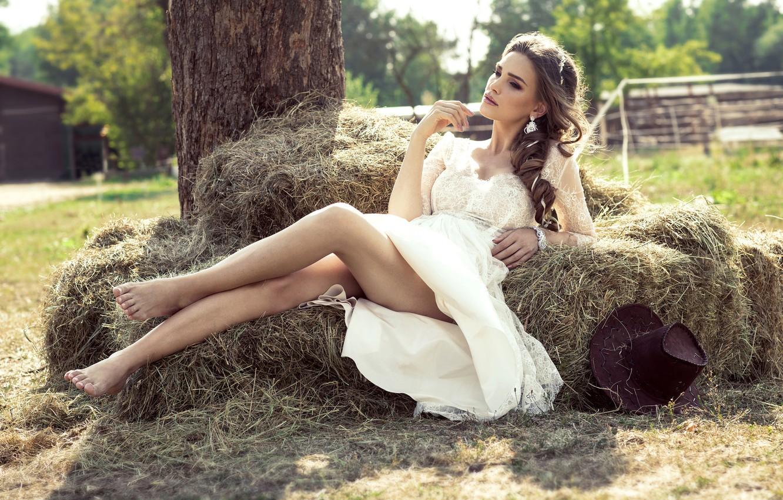 Фото обои лето, девушка, солнце, дерево, настроение, шляпа, макияж, фигура, платье, прическа, сено, лежит, шатенка, ножки, красивая, …
