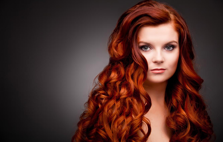Фото обои взгляд, девушка, лицо, фон, рыжие волосы, плечи, кудри, зеленые глаза