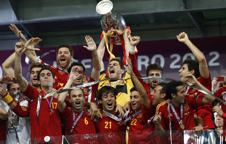 Фото обои золото, футбол, победа, спорт, sport, Испания, финал, чемпионат, кубок, football, Spain, чемпионы, медали, Xavi, Alonso, …