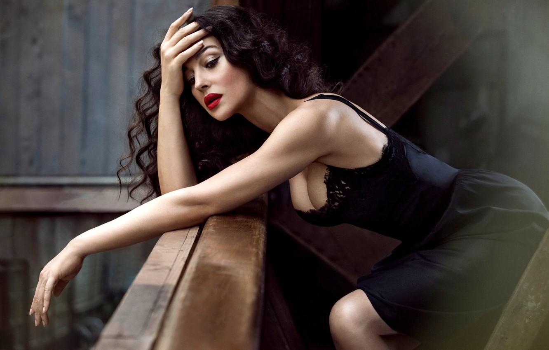 Фото обои грудь, лицо, модель, волосы, макияж, фигура, платье, актриса, брюнетка, черное, Monica Bellucci, Моника Беллуччи, локоны