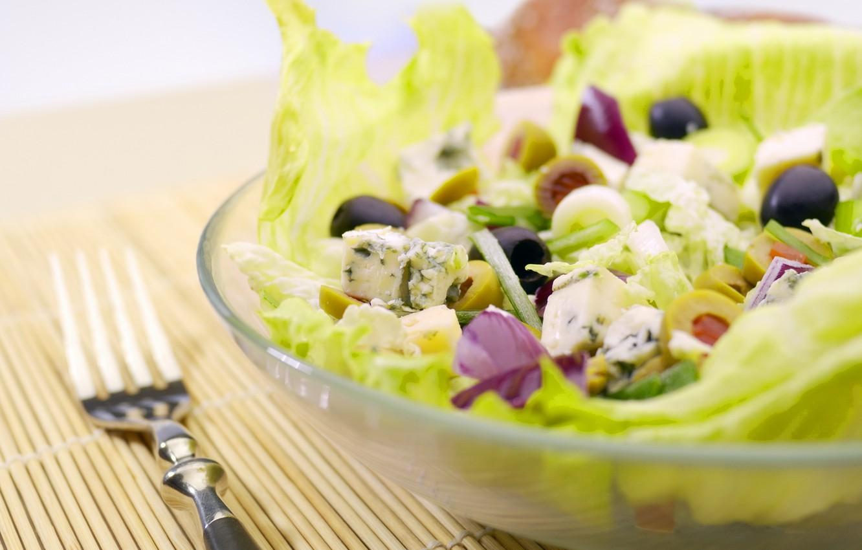 Фото обои зелень, еда, тарелка, вилка, овощи, оливки, салат, полезное