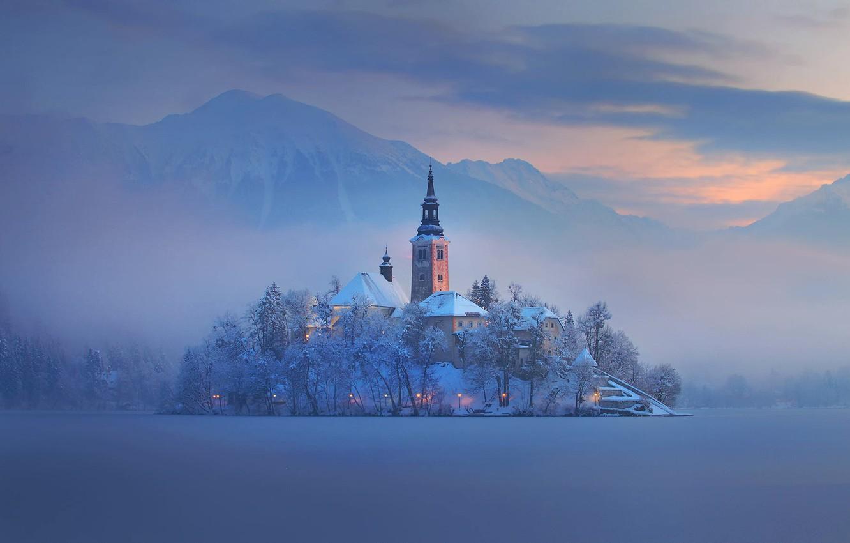 Фото обои зима, горы, туман, озеро, остров, дома, церковь, Словения, Блед