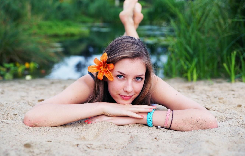 Фото обои песок, пляж, взгляд, девушка, озеро, берег, модель, волосы, лилия, блондинка, губы, girl, голубые глаза, beach, …