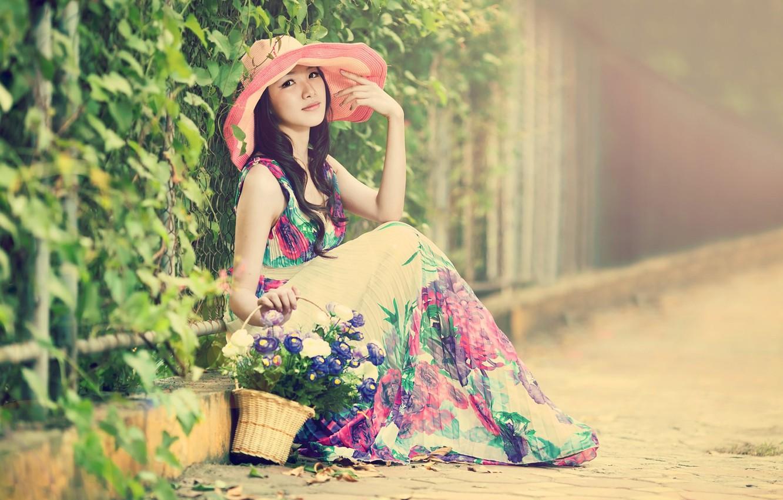 Фото обои девушка, улица, корзина, шляпа, платье, азиатка