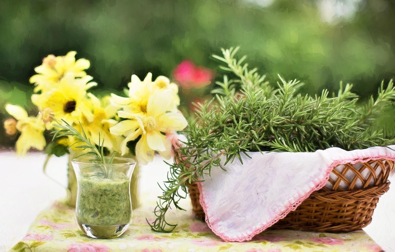 Фото обои цветы, природа, стакан, стол, коктейль, травы, корзинка, розмарин