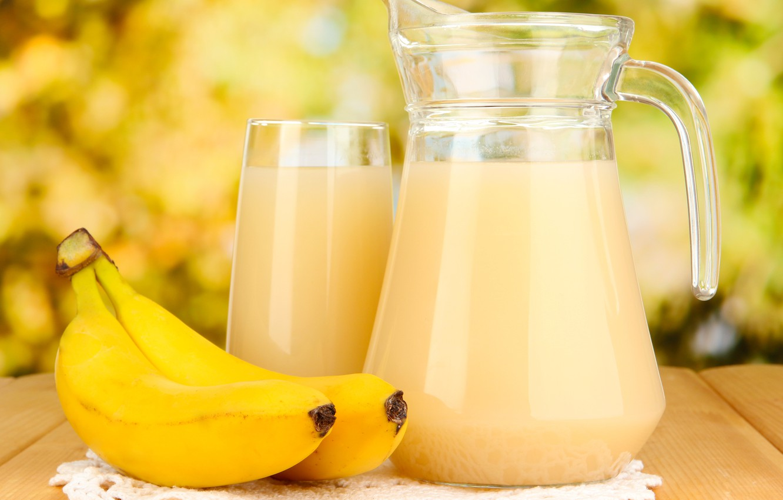 Фото обои стакан, стол, сок, бананы, салфетка, графин