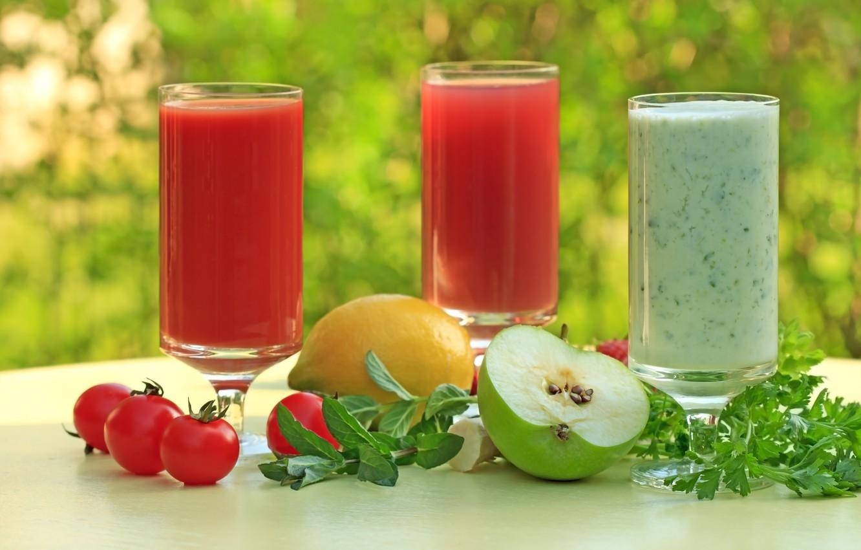 Фото обои зелень, стол, фон, лимон, яблоко, сок, стаканы, помидоры, петрушка, боке, томатный