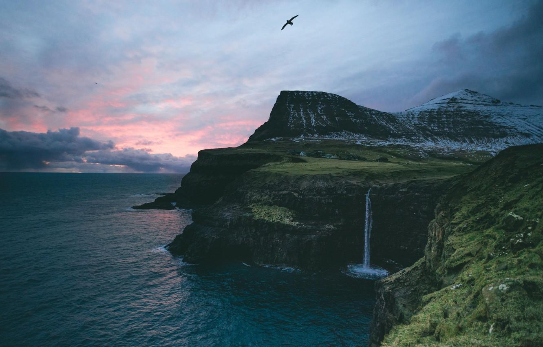 Фото обои море, горы, океан, скалы, птица, водопад, деревушка, Фарерские острова