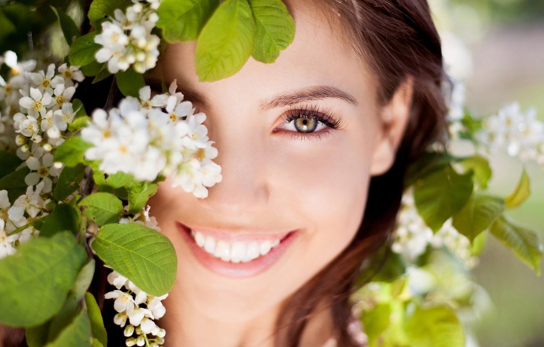 Фото обои глаза, взгляд, листья, девушка, радость, цветы, природа, лицо, улыбка, фон, обои, настроения, смех, позитив, брюнетка, …