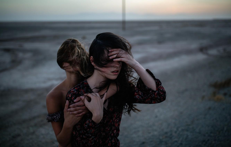 Фото обои ветер, две девушки, Charlotte, Jesse Herzog, Raluca
