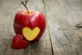 Картинка фон, красное, обои, настроения, сердце, apple, яблоко, фрукт, wallpaper, love, сердечко, heart, широкоформатные, background, полноэкранные, ...
