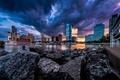 Картинка небо, закат, город, река, камни, берег, небоскребы, лодки, вечер, USA, США, Нью-Джерси, New Jersey, штат