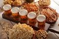 Картинка фисташки, крекер, попкорн, соломка, орешки, пена, стаканы, кешью, напитки, пиво