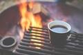 Картинка огонь, кофе, костер, чашка, fire, grill, cup, coffee, flames, mug, outdoors, гриль, camping, bonfire