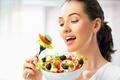 Картинка помидоры, овощи, вилка, шатенка, тарелка, очарование, салат, сыр, огурцы, девушка, маслины, лук