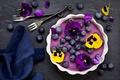 Картинка цветы, салфетка, анютины глазки, десерт, черника, панна-котта, ягоды, вилки, черничная панна-котта