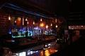 Картинка интерьер, бутылки, стойка, стаканы, освещение, бар, алкоголь