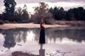 Картинка девушка, босая, в воде