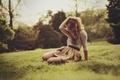 Картинка поза, девушка, блондинка, трава, лето, сидит, волосы