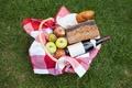 Картинка бутылка, трава, вино, хлеб, фрукты, груша, пикник, скатерть, яблоки, корзина