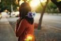 Картинка цветы, широкоэкранные, HD wallpapers, обои, город, брюнетка, девушка, оранжевый, голубой, полноэкранные, солнце, background, fullscreen, лучи, ...