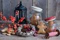 Картинка Новый, венок, ветка, праздники, зима, печенье, баночки, ягоды, подсвечник, натюрморт, человечки, Рождество, печеньки, банки